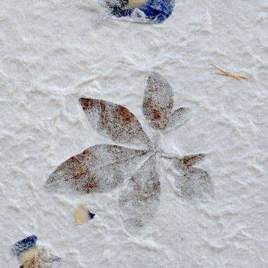 Хартия ръчна естествена, 100 g/m2, 55 x 80 cm, 1 л., листа и сини цветове